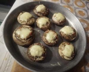 Фаршированные грибы шампиньоны в духовке с сыром