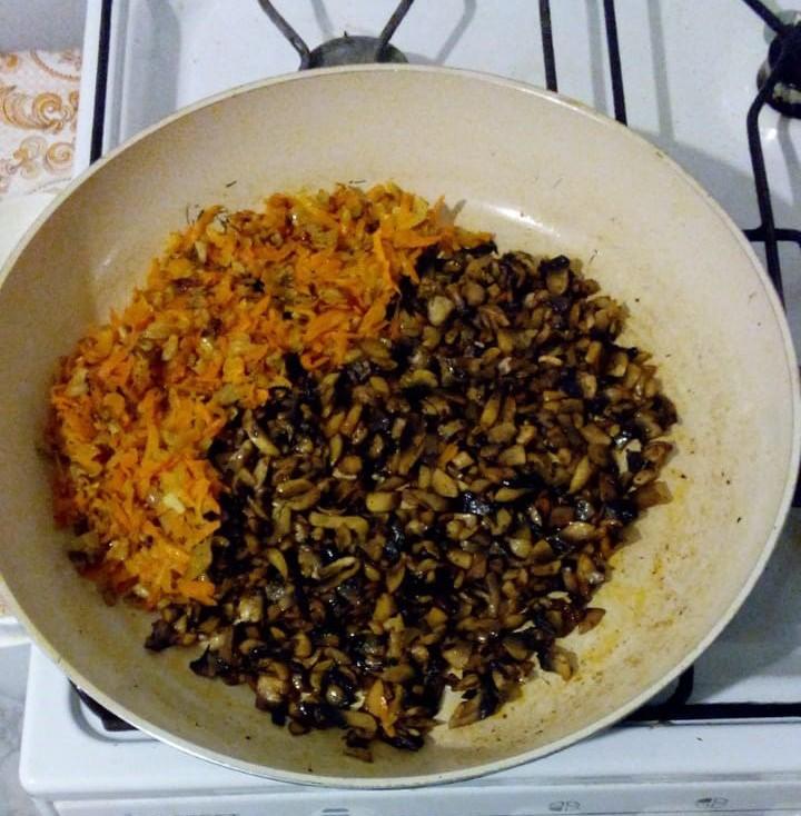 Жарим грибы с луком и морковью на сковороде