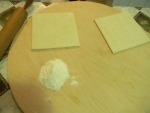 Слоеное тесто квадратиками порезанное