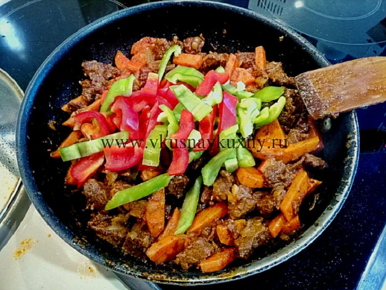 Добавляем болгарский сладкий перец к мясу в сковороду и тушим
