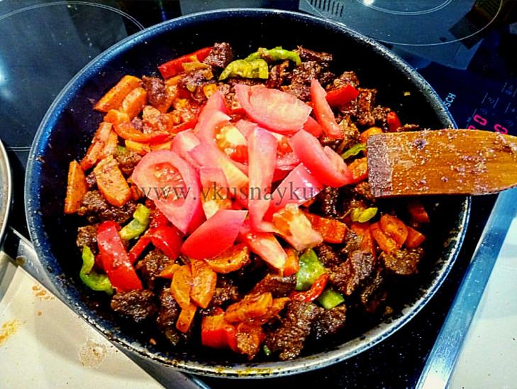Добавляем порезанный помидор к мясу в сковороду