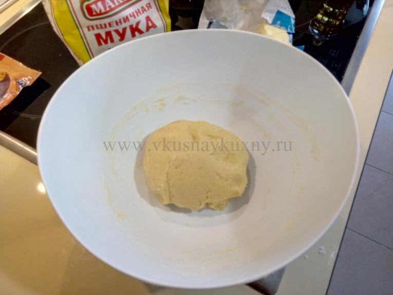 Формируем из теста шар для пирога
