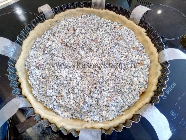 Песочное тесто заполненное творожной смесью с маком в форме для выпечки