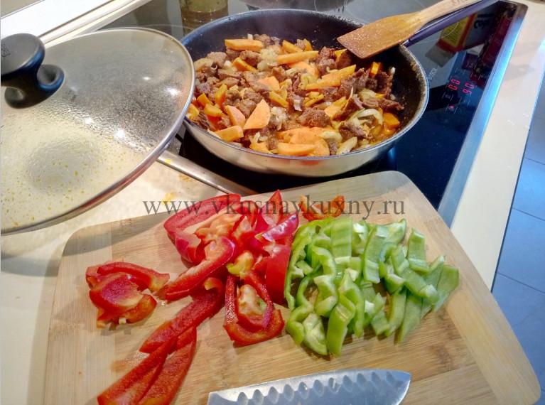 Режем болгарский сладкий перец для добавления в мясо в сковороду
