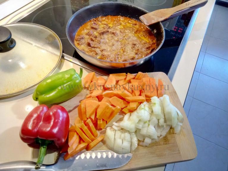 Режем морковь и лук для добавления в мясо в сковороду