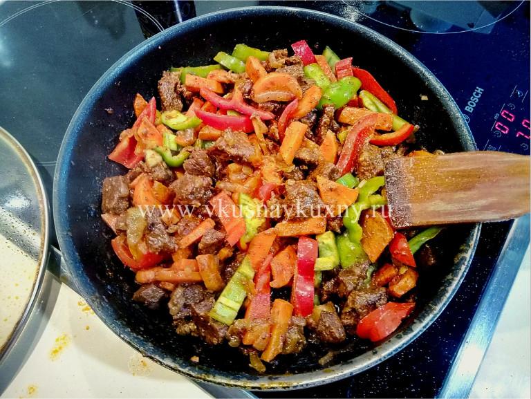Тушим болгарский сладкий перец с мясом, луком и морковью на сковороде