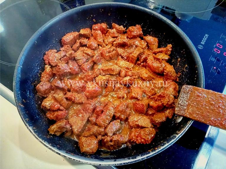 Тушим говядину маринованную в паприке и смеси перцев с солью на сковороде