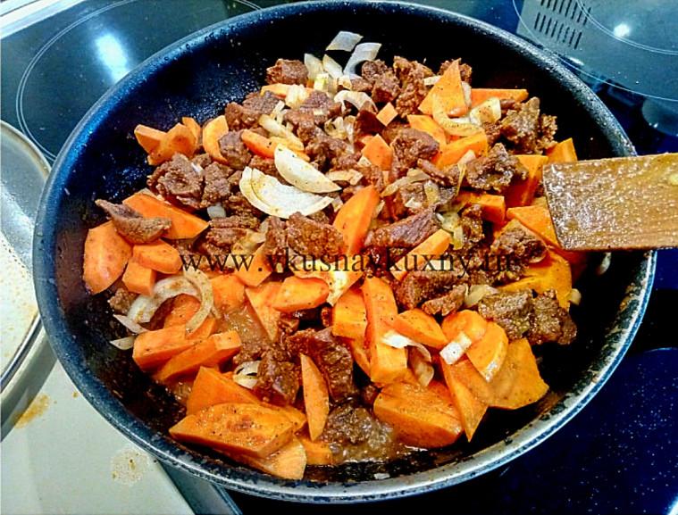 Тушим лук и морковь с мясом на сковороде