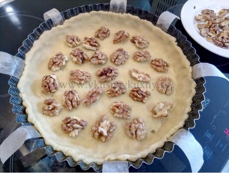 Укладываем орехи на песочное тесто для пирога