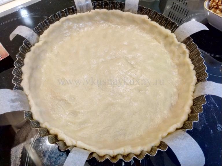 Утрамбовываем тесто в форму для выпечки пирога