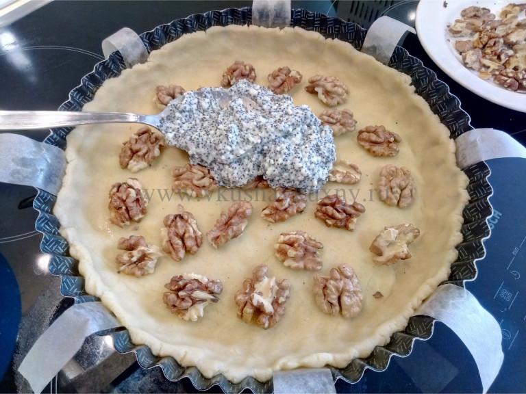 Заполняем творожной массой песочное тесто с орехами