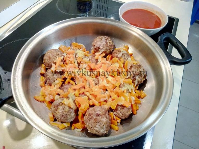 Добавляем к тефтелям лук и морковь в сковороду