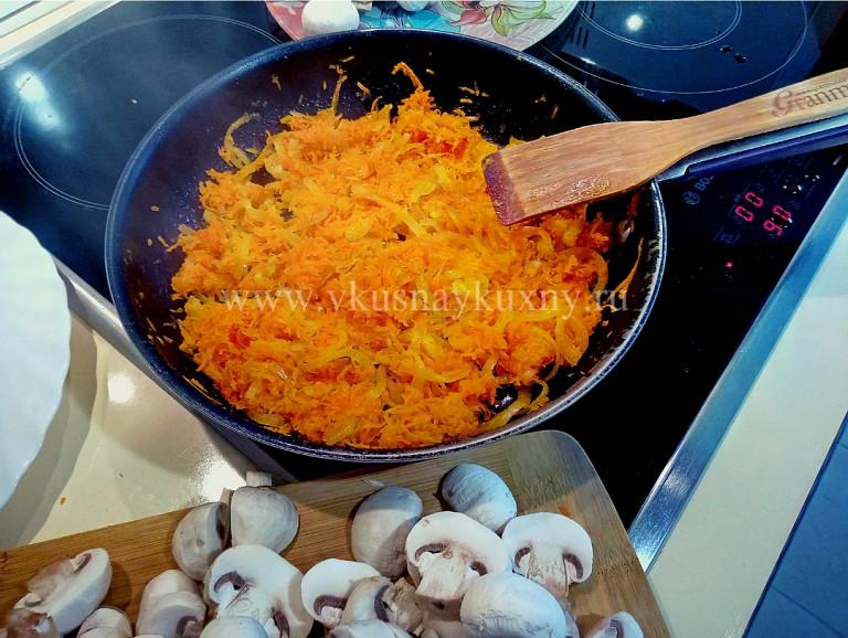 Обжариваем лук с морковью для супа на сковороде