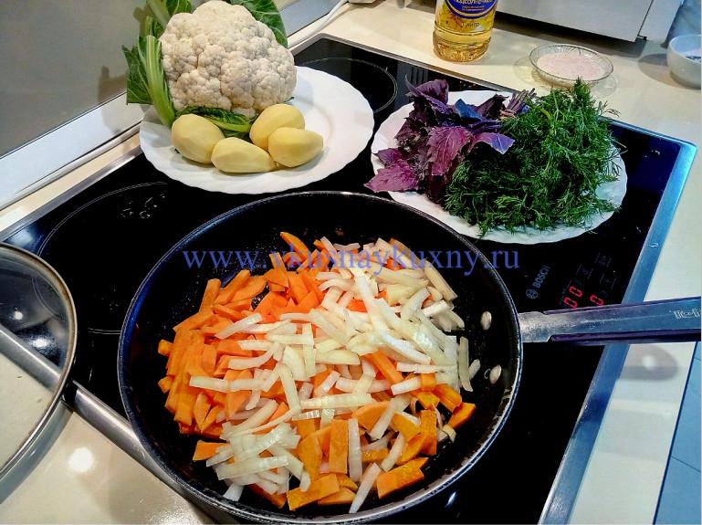 Обжариваем морковь и лук для супа с цветной капустой и картошкой