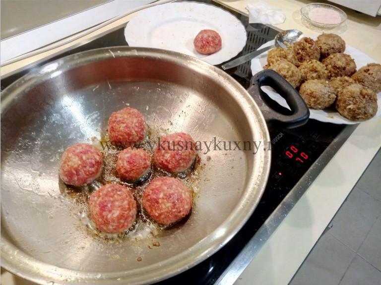 Обжариваем тефтели на сковороде до образования корочки
