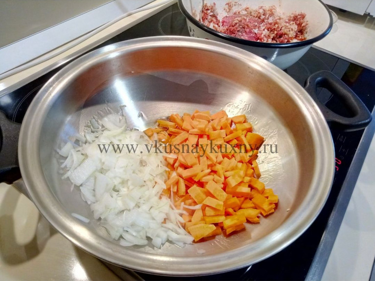 Пасеруем лук с морковью для гарнира