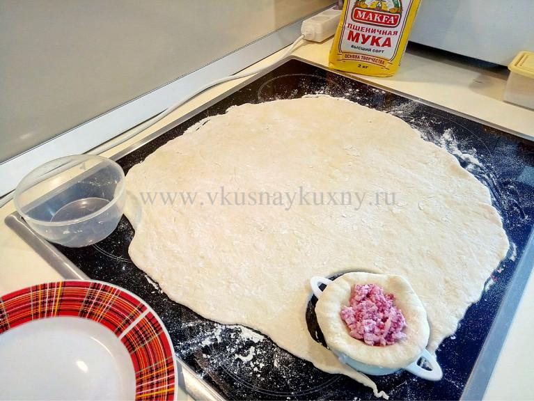 Раскатываем тесто для вареников с творогом и малиной в пласт
