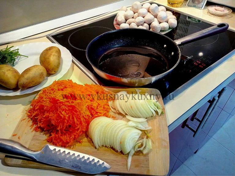 Режем лук и натираем морковь на тёрке для супа