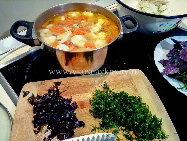 Режем укроп и базилик для супа с цветной капусты и картошки