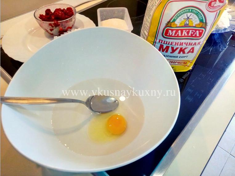 Вливаем воду в чашу и добавляем яйцо для взбивания