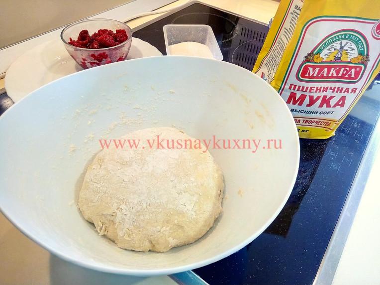 Вымешанное тесто на вареники с творогом и малиной