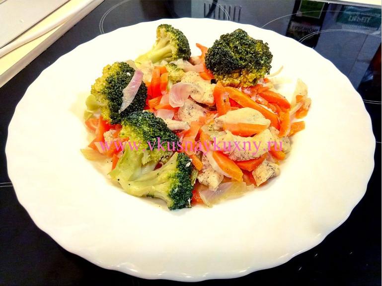 Брокколи тушеная с овощами и куриным филе на пару