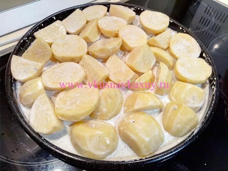 Картошка кусочками перемешанная с маринадом на противне