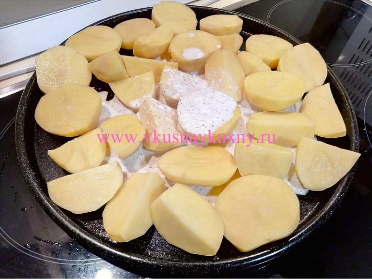 Картошка кусочками политая маринадом на противне