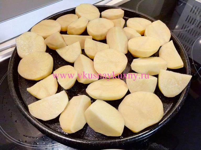 Картошка кусочками на противне