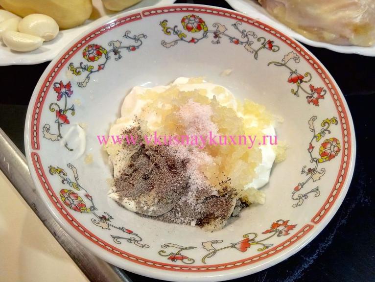 Майонез с чесноком, солью и черным молотым перцем в пиале