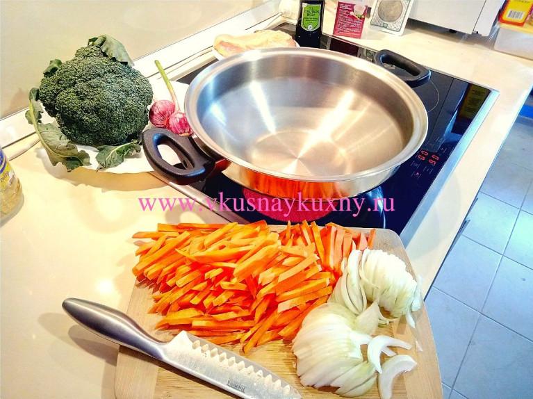 Нарезанная соломкой морковь и лук для тушения