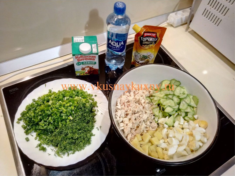 Нарезанные ингредиенты для окрошки с горчицей