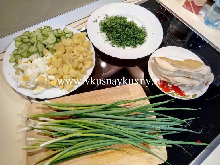 Нарезанные огорцы, яйца, картошка и укроп для окрошки с горчицей