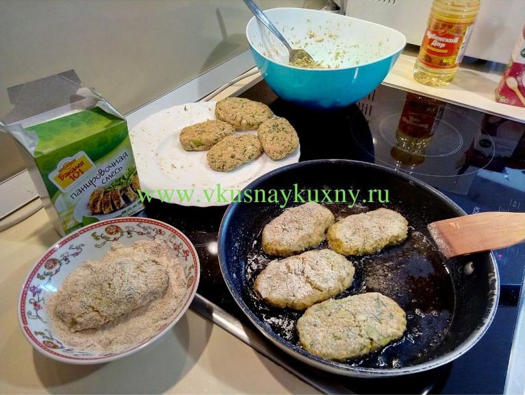 Обжариваем котлеты из капусты с одной стороны на сковороде