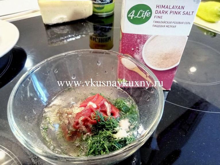 Смешиваем томатную пасту, соль, чеснок и молотый черный перец с водой до однородности