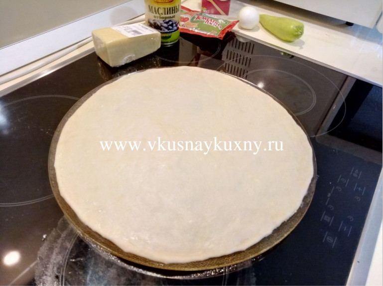 Тонкое тесто для пиццы раскатанное
