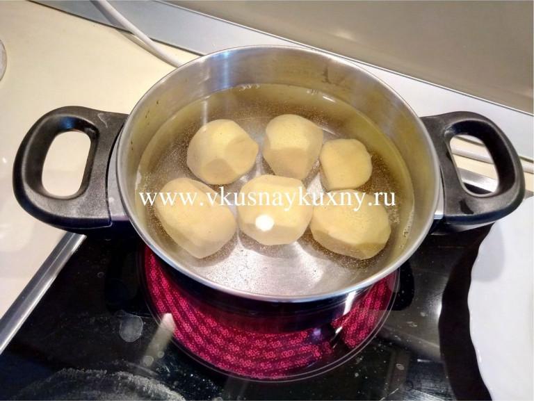 Варим картофель для окрошки