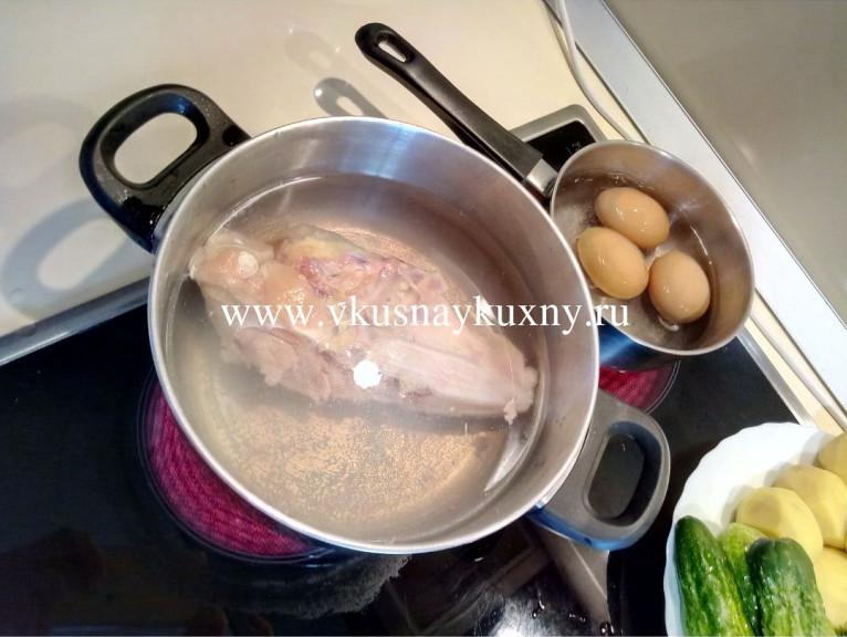 Варим куриную грудку и яйца для окрошки
