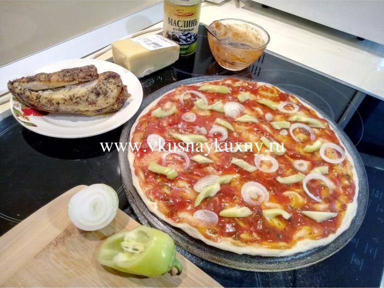 Выкладываем лук и болгарский перец на заготовку для пиццы на воде