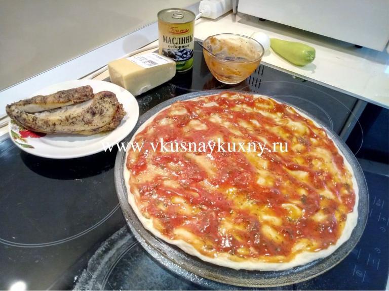 Заготовка для пиццы с томатным соусом сверху