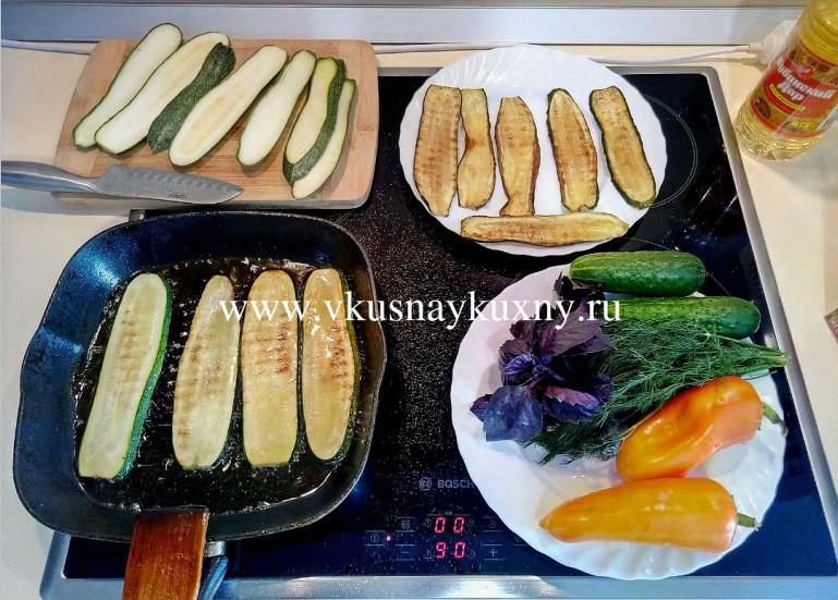 Обжариваем полоски цукини с обеих сторон на сковороде гриль
