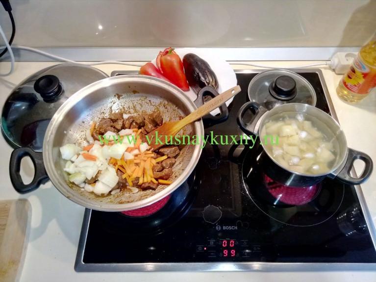 Кладём к мясу лук с морковью в сковороду