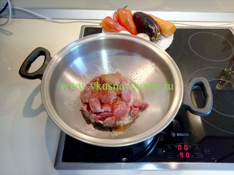 Кладём в разогретую сковороду мясо кусочками