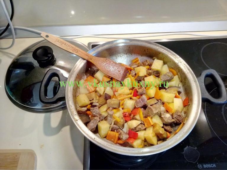 Рагу с мясом и овощами на сковороде с картошкой