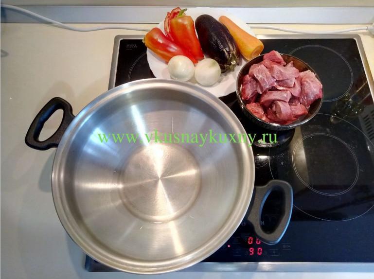 Разогреваем сковороду для обжарки мяса на растительном масле