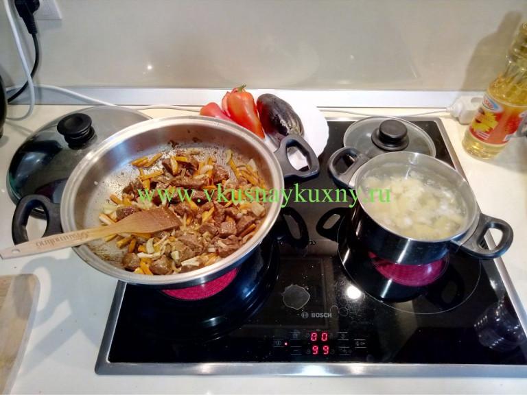 Тушим мясо, лук и морковь в сковороде на среднем огне