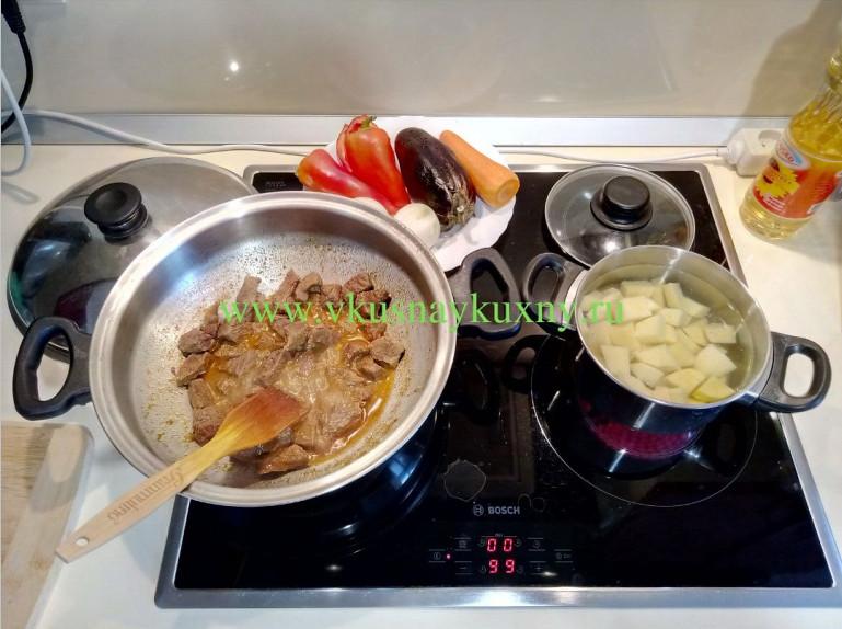 Тушим мясо в сковороде и отвариваем картофель до полу готовности