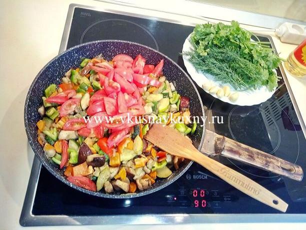 Баклажан кабачок перец помидор морковь лук потушить на сковороде