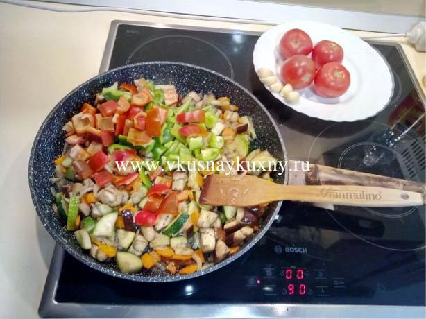 Добавляем болгарский перец к баклажанам и цукини порезанный кусочками