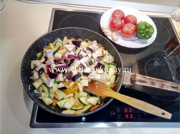Добавляем к овощам в сковороду порезанный баклажан кусочками